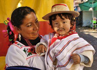 Niño Vestido de Indito y Su Mamá