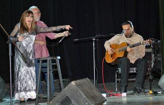 Betsy Concierto Indicando Guitarrista