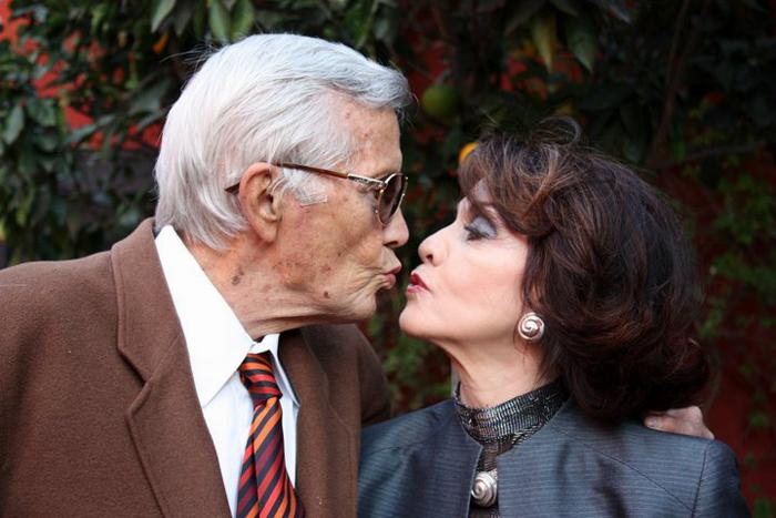 Ana y Jim Besándose