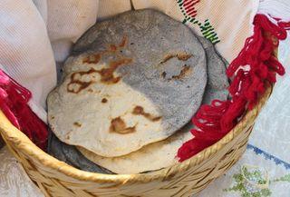 Encuentro Tortillas Dos Colores en Canasta