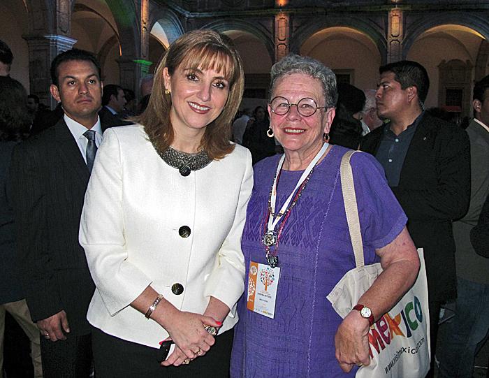 Feria Secretaria Gloria Guevara con Cristina