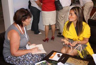 Feria Thelma Aquique con asistente