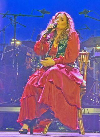 Tania Canta Sentada 1