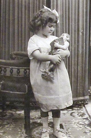 Frida de Niña con Muñeca