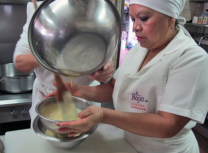Tamales Doña Elia Colando Masa