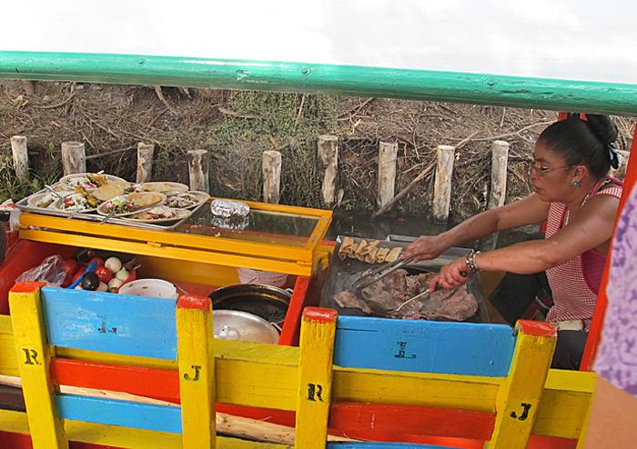DF Xochimilco Trajinera Cocinando 2