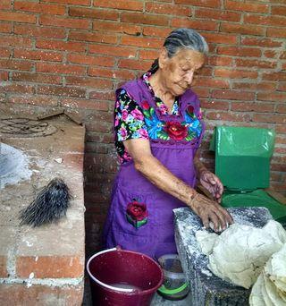 Celia su Mamá Haciendo Tortillas 2