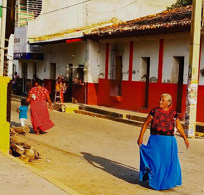 Calle con Señora San Blas Atempa